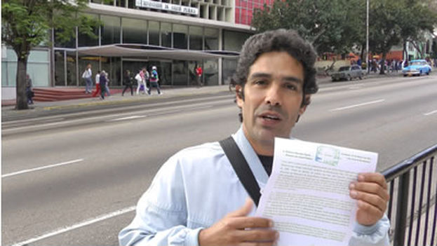 Dr. Jeovany Jimenez in 2012, presenting a protest outside the ministry and Public Health in Havana.(Reinaldo Escobar)