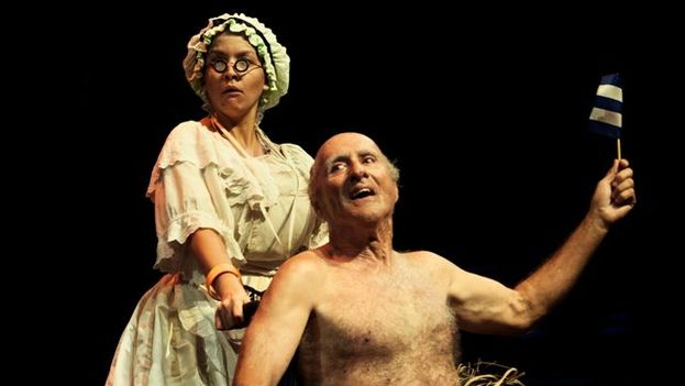 Laura German (maid) and Pedro Diaz Ramos (King) in the 'The King is Dying' by Juan Carlos Cremata. (El Ingenio)