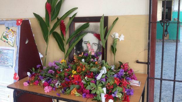 Flowers for Camilo Cienfuegos at a primary school in Havana's Plaza district (14ymedio)