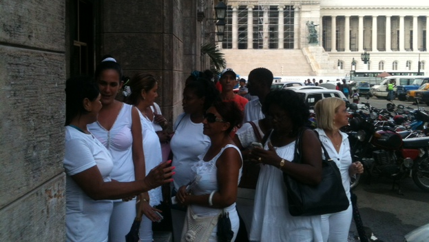 Ladies in White outside the provincial court. (Angel Moya)