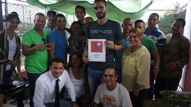 Danilo Maldonado, El Sexto, with members of Somos+ (We are more). (14ymedio)