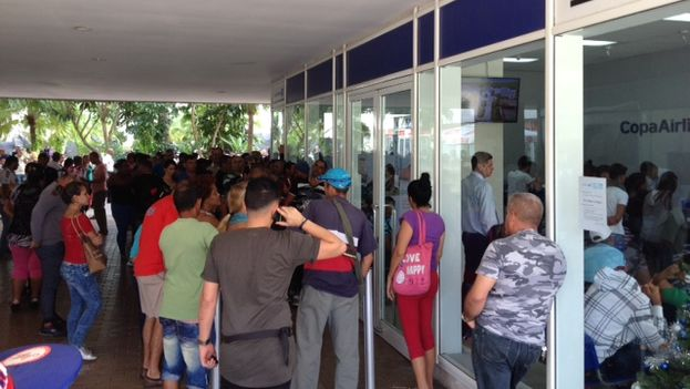 Copa Airline offices at the Havana Trade Center in Miramar where customers gathered this Friday to request tickets prior to December 1 (14ymedio)