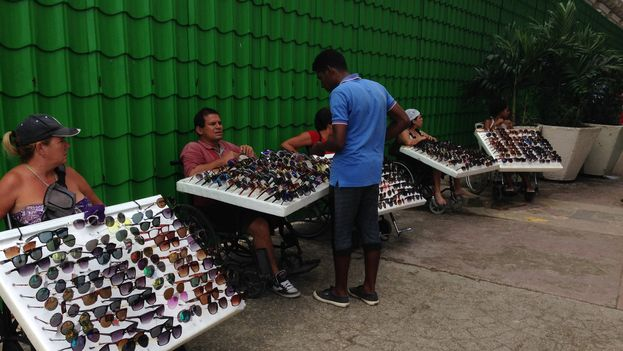 Informal vendors of glasses, a product that comes into Cuba mostly through mules. (14ymedio)