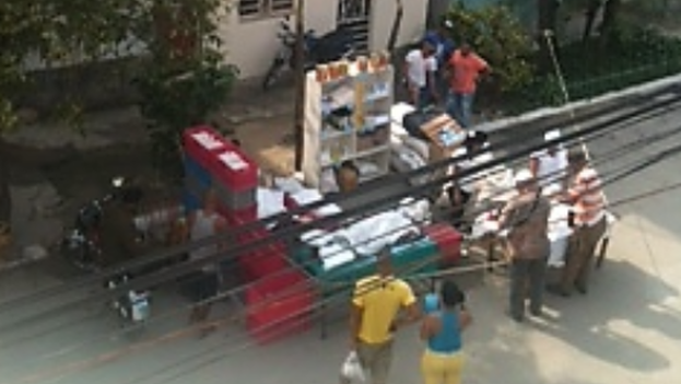 Kiosks selling food and drink in front of the headquarters of the Ladies in White. (bertasolerf)