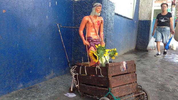 An image of Saint Lazarus in a Havana Street (14ymedio)