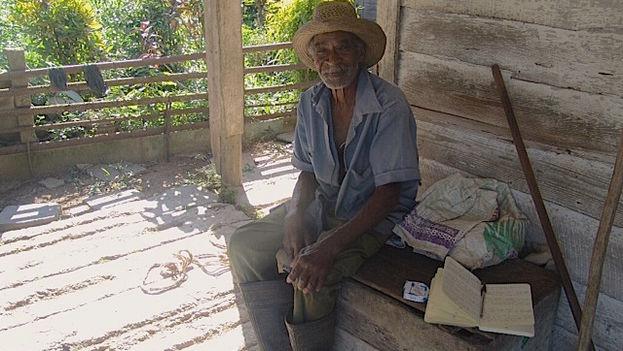 Juan José Muñoz, 83-year-old who leases land, in the doorway of his home. (14ymedio / Juan Carlos Fernandez)