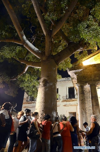 Havanans circling the tree on the 494th anniversary of the founding of the city. (Global Times)