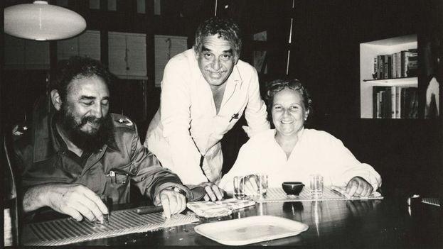 Gabriel García Márquez with Fidel Castro and Carmen Balcells in the '80s in Havana. (EFE)