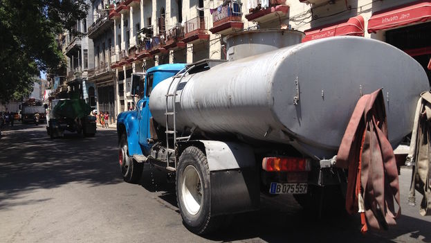 A tanker truck delivers water in the streets of Havana. (14ymedio)