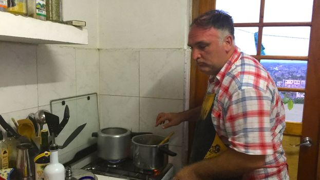 The chef José Andrés cooking in the kitchen of the 14ymedio newsroom. (14ymedio)