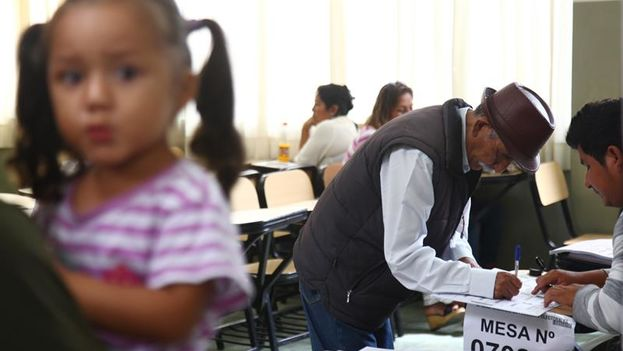 An elderly man signs in at the polling station to exercise his right to vote in a school district of La Perla, Callao. (EFE / Eduardo Cavero)