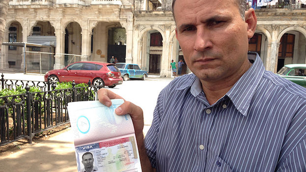 José Daniel Ferrer with his passport with a visa for the US. (14ymedio)