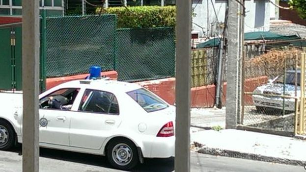 A police operation outside the home of a regime opponent. (Lazaro Yuri Valle Roca)
