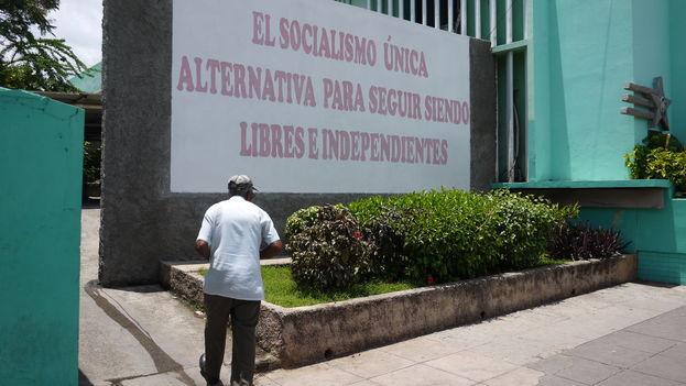 """A man walk past a political billboard in Havana: """"Socialism is the only alternative to continue to be free and independent."""" (14ymedio)"""