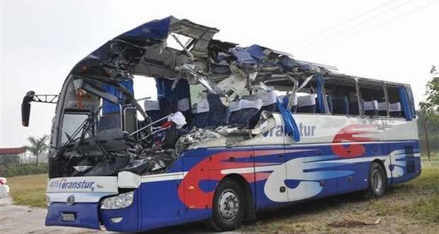 The state of a Transtur bus, carrying 30 European tourists, after a crash. The crash happened on April 2, 2016, at the Jatibonico exit going towards Ciego de Ávila, leaving 2 dead and 28 injured. The two who died were the driver, Alkier Barrera Medina, a 36-year-old Cuban national, and an Austrian tourist, Johnn Eberl, aged 63. Photo by Vicente Brito, Escambray newspaper from Sancti Spiritus.