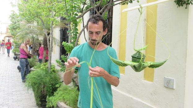 Misael Gonzalez, weaver in the streets of Havana. (14ymedio)