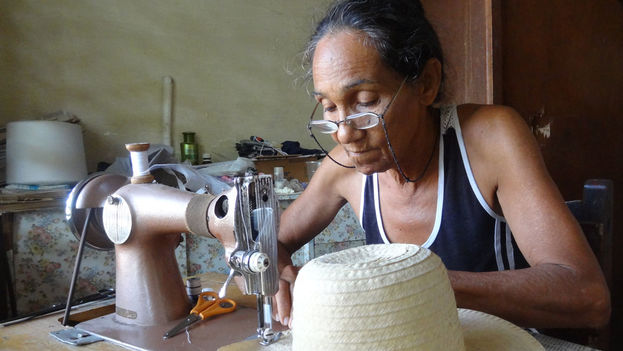 Siria Noris Rodriguez working on a palm front hat. (14ymedio)