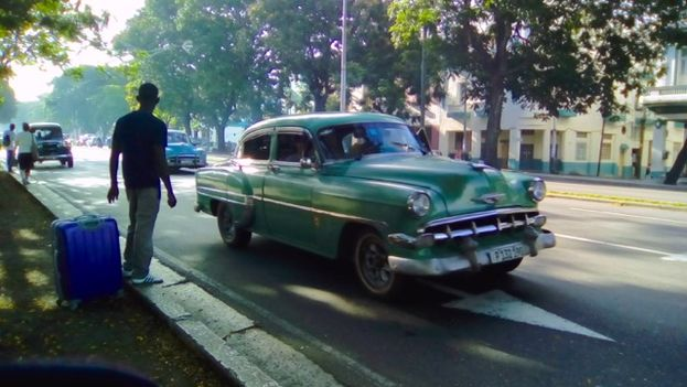 """An """"almendrone"""" -- old American car used as a fixe-route shared taxi (14ymedio)"""