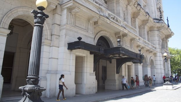 A foreigner may have to pay five CUC to enter the Museum of Fine Arts, while a Cuban disburses 1/24th of that in local currency. (14ymedio)