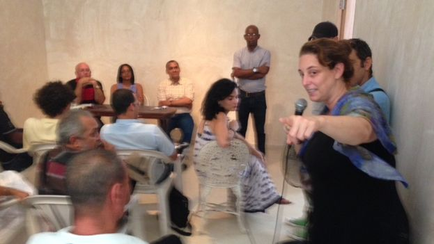 """Tania Bruguera during a meeting of activists at the headquarters of the""""Hannah Arendt Artivism Institute."""" (14ymedio)"""