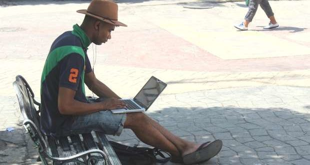 Connecting to wifi in a park in Cuba. Source: Cubanet