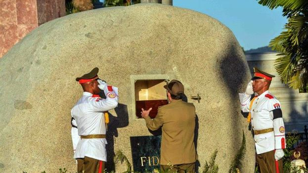 Raul Castro placed the urn with the ashes of Fidel Castro in the mausoleum of Santa Ifigenia cemetery. (EFE)