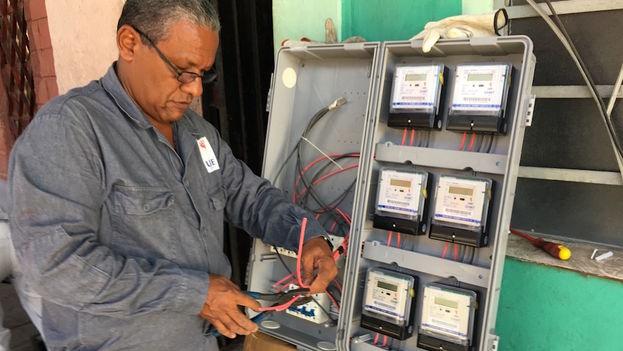 An employee of the Electrical Union of Cuba installing new meters in a building in Havana. (14ymedio)
